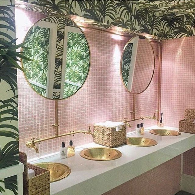 Anyone else love this pink bathroom? 📷 usdecorating.com