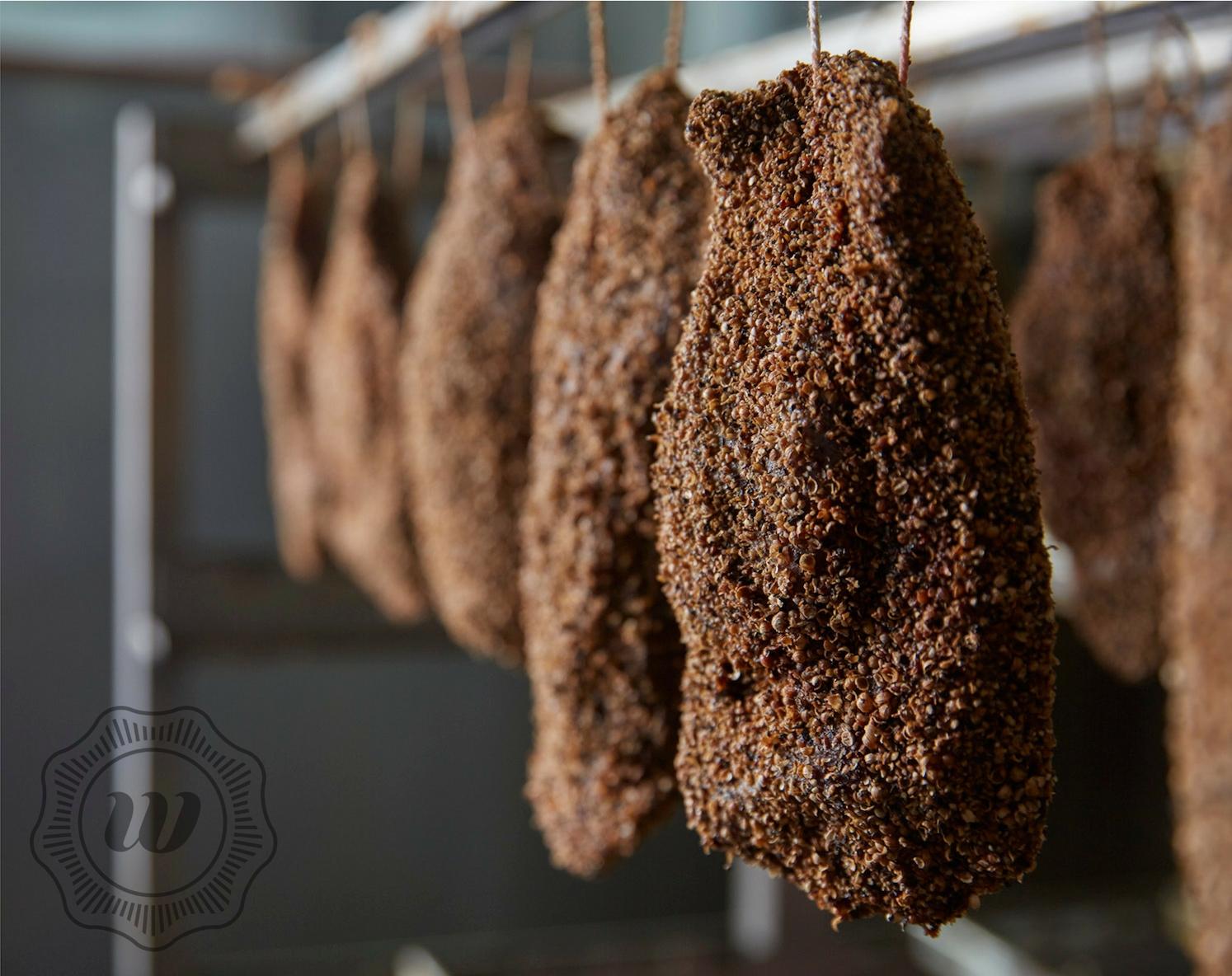 PASTRAMI VAN GANS - De ganzenborst wordt gepekeld, gekruid en gerookt. Lekker op een broodje of bij een salade.Onze ganzen worden grotendeels door ons zelf geschoten, in de omgeving van Assendelft.