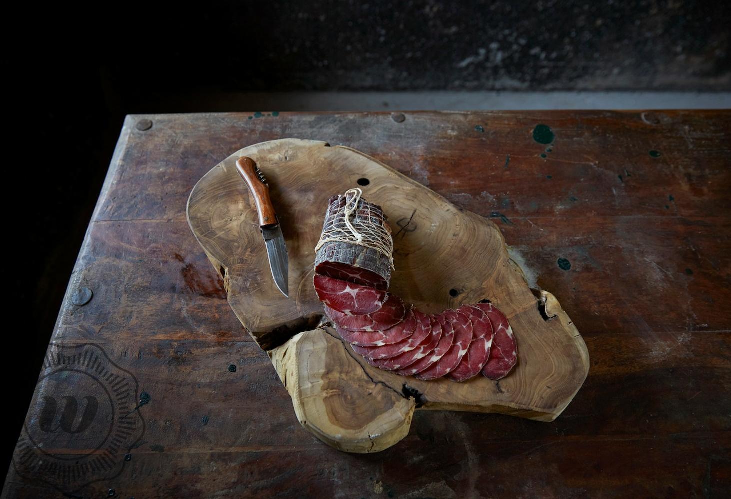 COPPA - Coppa wordt traditioneel gemaakt van de nek. Net als bij de gedroogde ham, wordt de coppa gepekeld, waarna het een droog en rijpingsproces ingaat. In een speciale rijpingscel wordt de temperatuur en luchtvochtigheid gecontroleerd voor het beste resultaat.