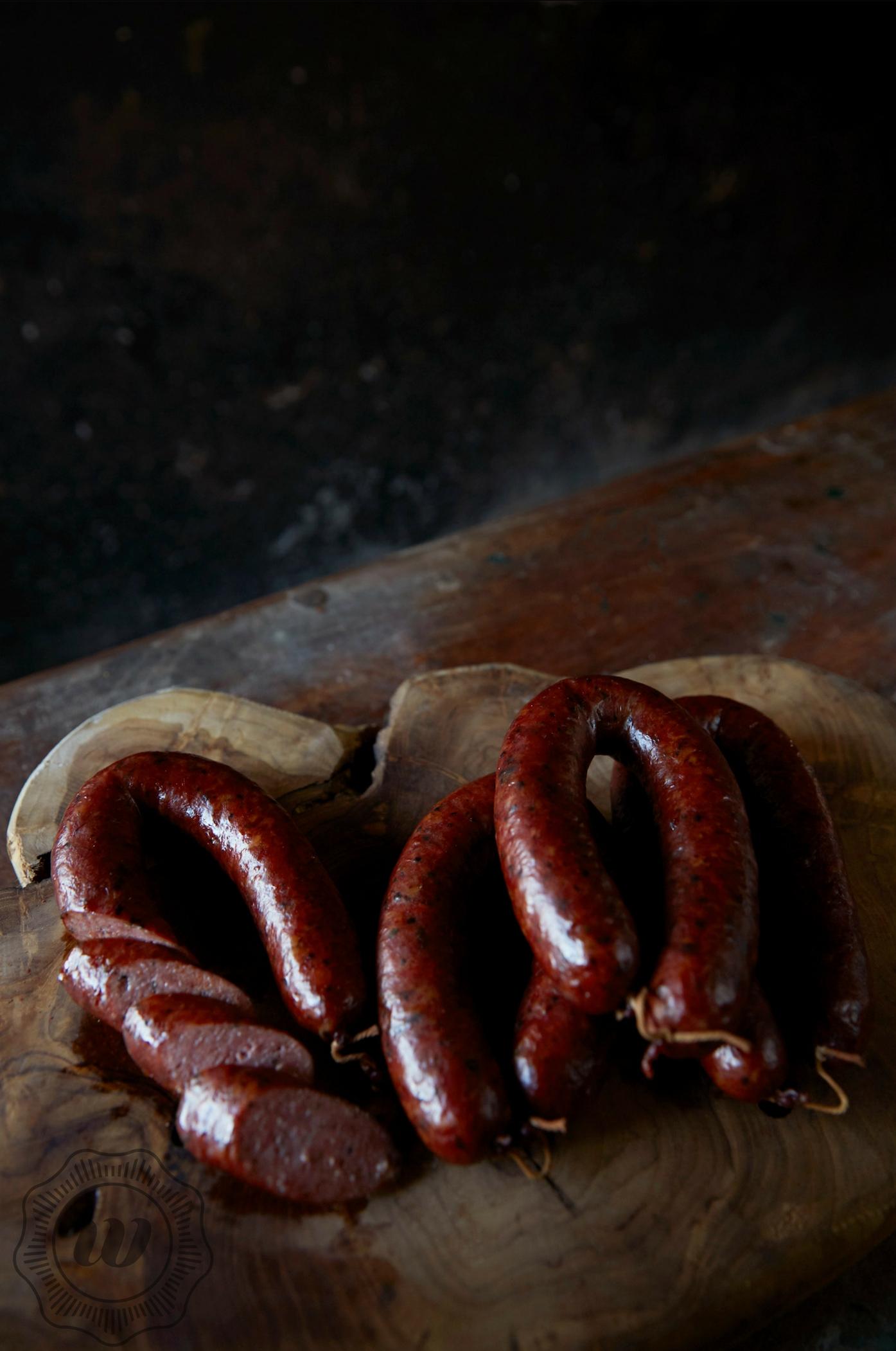 ROOKWORST - Onze rookworst wordt handmatig gemaakt en geknoopt om vervolgens met echt hout een specifieke tijd gerookt te worden. Het vlees van hert en wild zwijn leent zich uitstekend voor de rookworst.