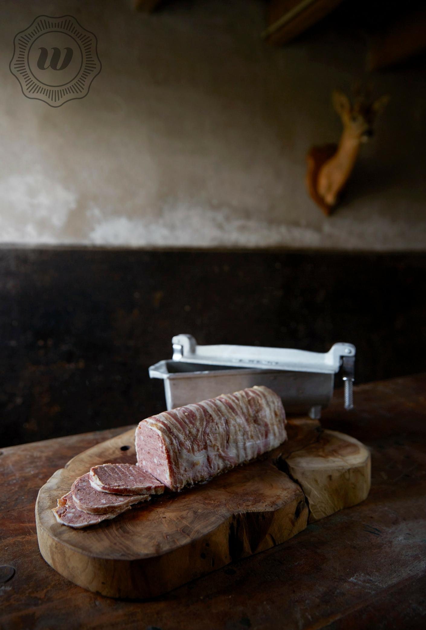 PATE - Paté maken wij van verschillende diersoorten; ree, hert, wild zwijn, gans en eend. Onze patés worden ambachtelijk gemaakt, en aangekleed met huis-gerookt spek.