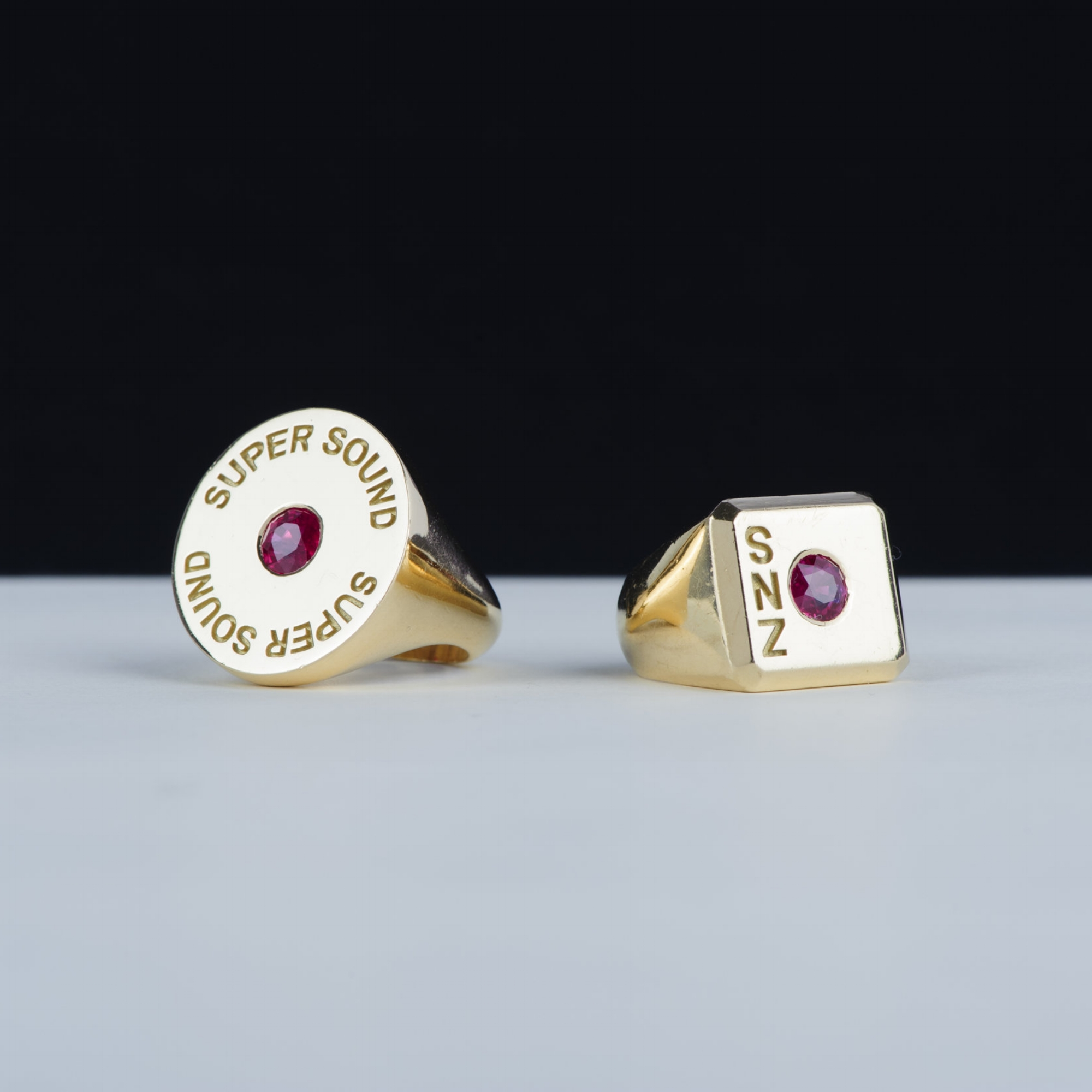 SUPER SOUND     SIGNET RING /    SNEAZZY //    GOLD 18K & RUBY