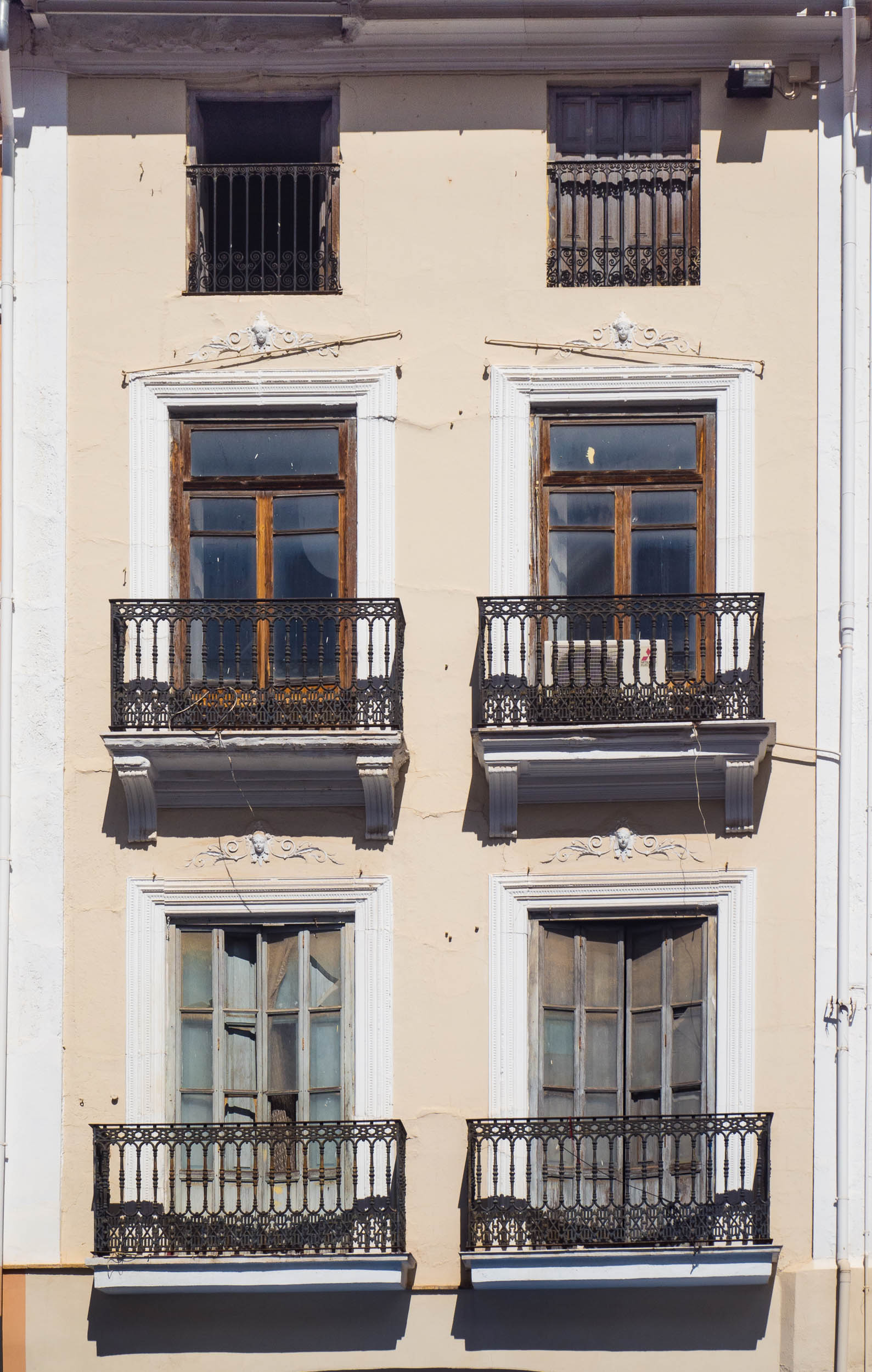 Spanish_windows_Xativa_yellow-3160097.jpg