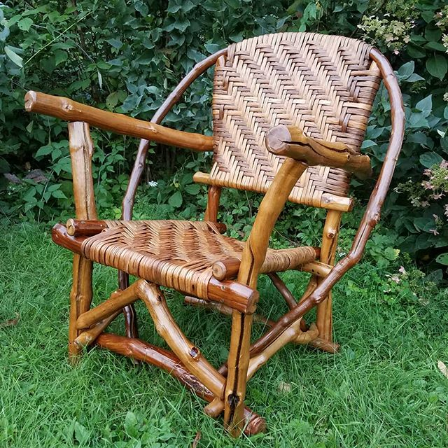 Grapevine chair. Inner bark of bitternut hickory woven seat. Come see this chair this weekend at the Driftless Area Art Festival in Gays Mills, WI #natureofthingsonline #natureinspiration #naturedesign #vivagallery #driftlessareaartfestival #hickorybark #grapevinefurniture