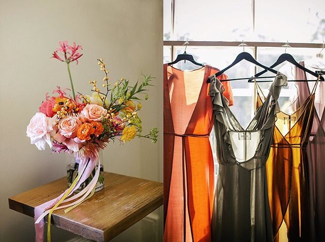 Part I of this colorful wedding at @gallery308 Fort Mason is on the blog. So many favorite photos I couldn't narrow it down further. As you'll see I went a lil nuts over the florals by @ampersand_sf & the bridesmaid's Reformation dresses. I want the mustard one! The dress colors with the mix of silky and velvety materials was 👌Planning by @jennigrubbaevents