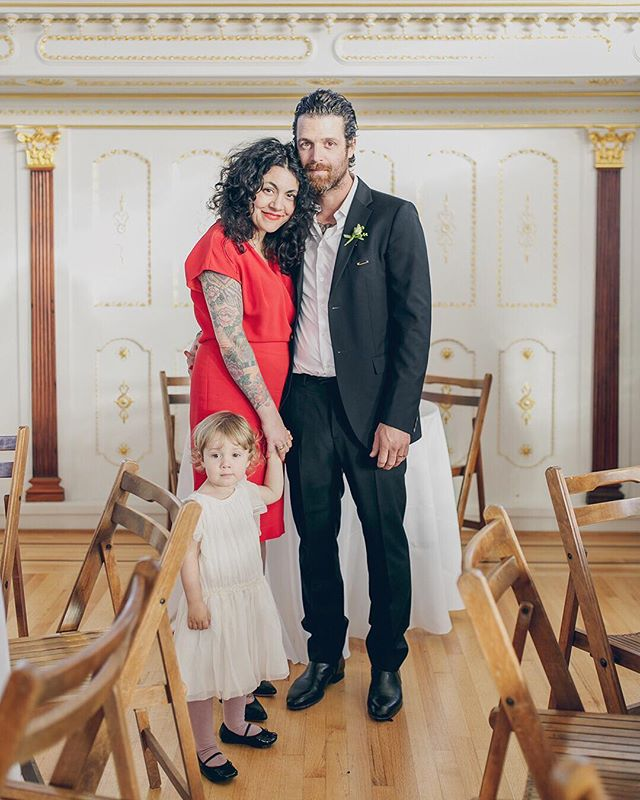 Cute family in this classy classic venue. ⁣😻 ⠀⠀⠀⠀⠀⠀⠀⠀⠀⁣ I'm headed to Calistoga this weekend for a wedding & also plan to enjoy this gorgeous warm weather by the pool and maybe a mud bath...tho admittedly me + my body are NOT warm weather ready after months of sitting at the computer. ⁣🤷🏻‍♀️ ⠀⠀⠀⠀⠀⠀⠀⠀⠀⁣ How's the weather treating you? And what do you have planned this weekend? 🌞