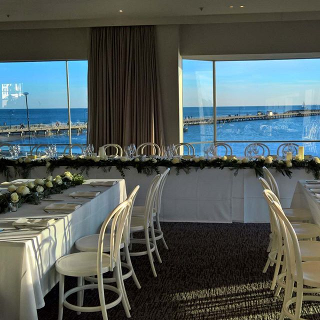 The beautiful view behind the bridal table @harbourroomstkilda  #bridaltable #bridaltableflowers #headtable #greenerygarland #floralgarland #melbourneweddingflorist #melbournewedding #harbourroom #toembellish