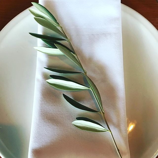 S' classic place settings @zonzoestate #olivesprings #placesettings #toembellish #melbourneweddingflorist #greenerywedding #greenery #weddingflowers