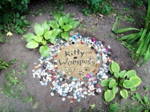 Memorial Stepping Stone by Bambi Watson. Source:https://goo.gl/5kxAmT