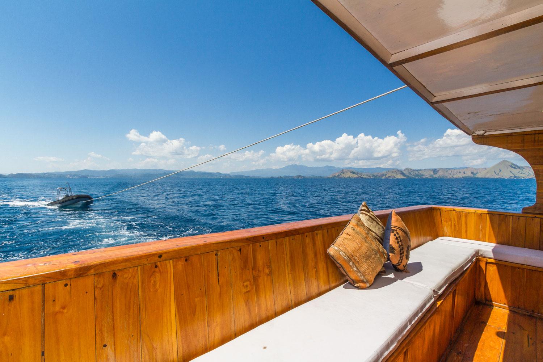 kelana_boat_cruise_komodo_sea_living_room.JPG