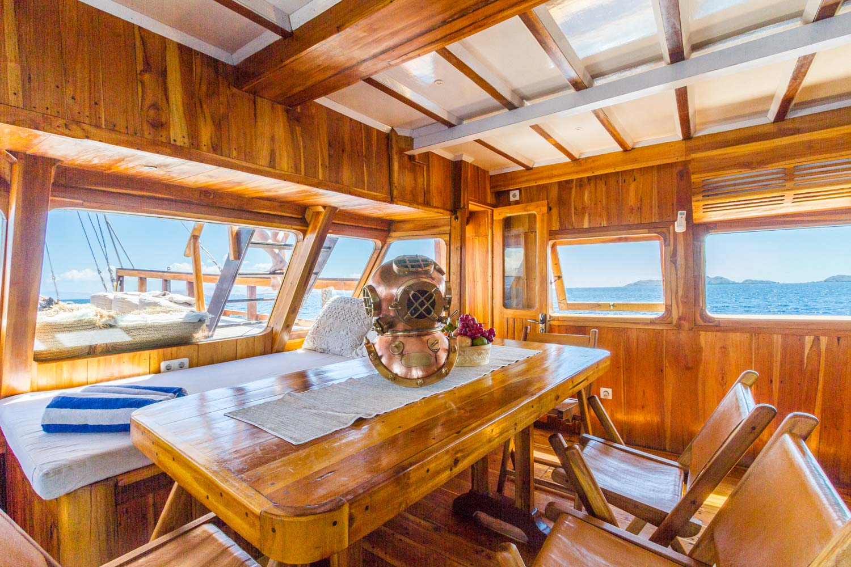 kelana_komodo_boat_cruise_living_room.JPG