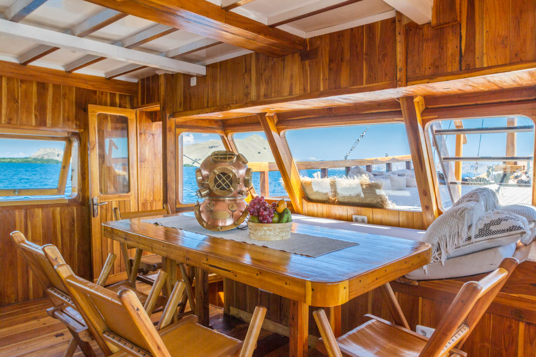 komodo_kelana_cruise_boat.JPG