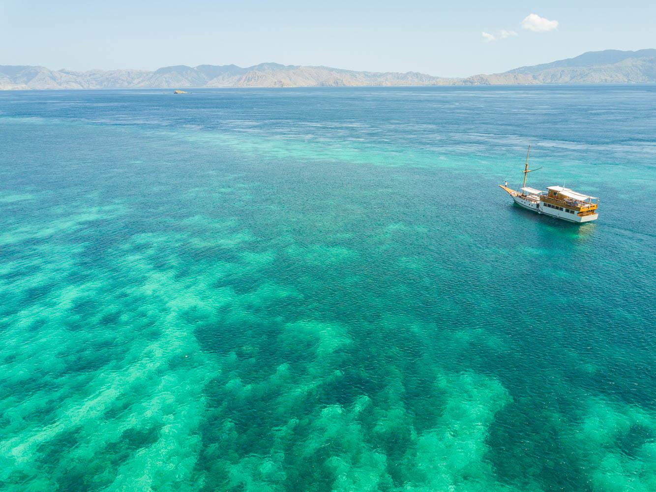 kelana_boat_cruise_crystal_water_komodo.JPG