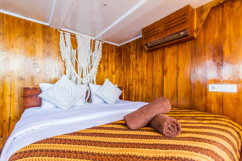 kelana_boat_cruise_bedroom_doublebed_komodo.JPG