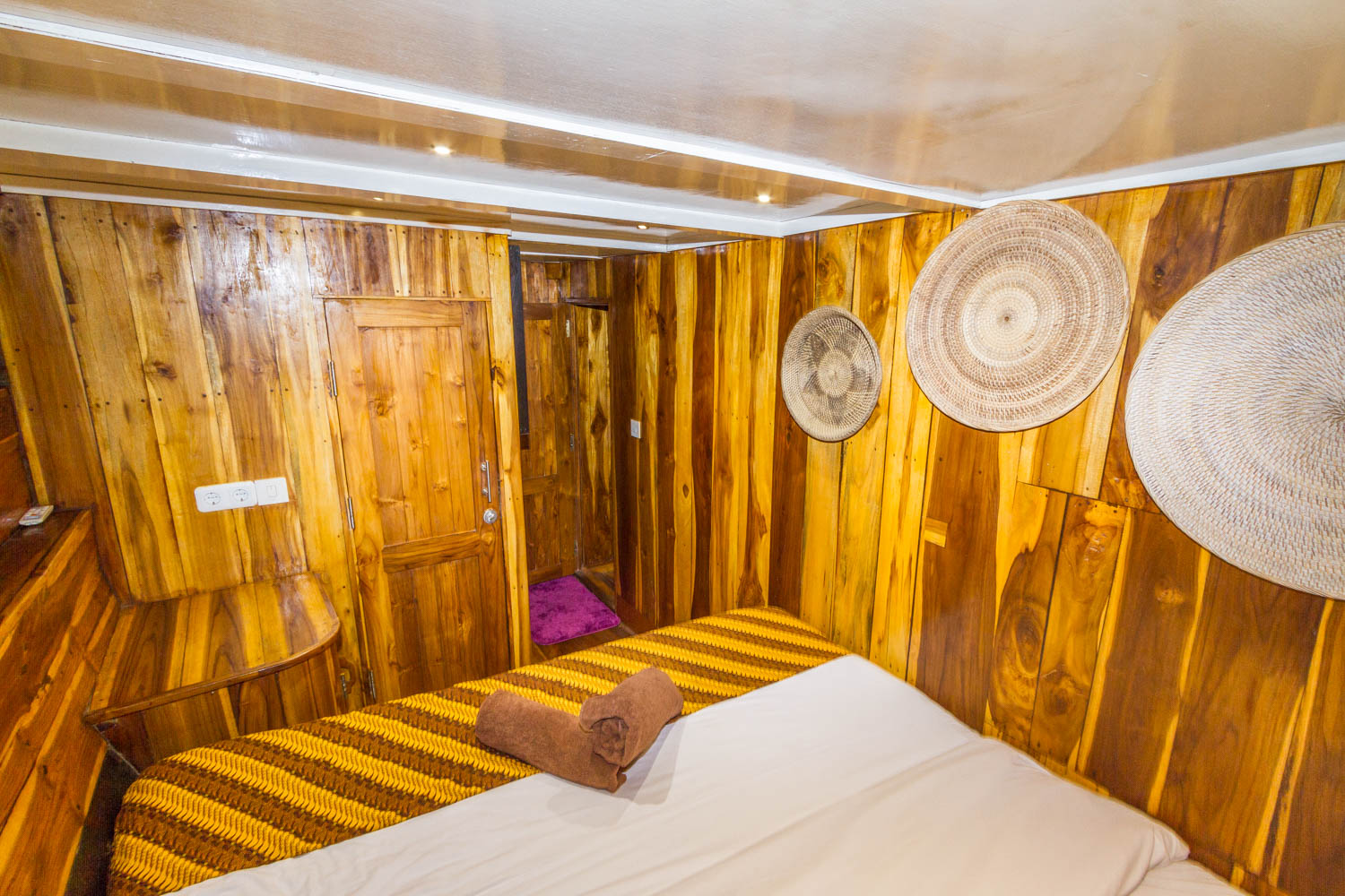 kelana_boat_cruise_decoration_bedroom_komodo.JPG