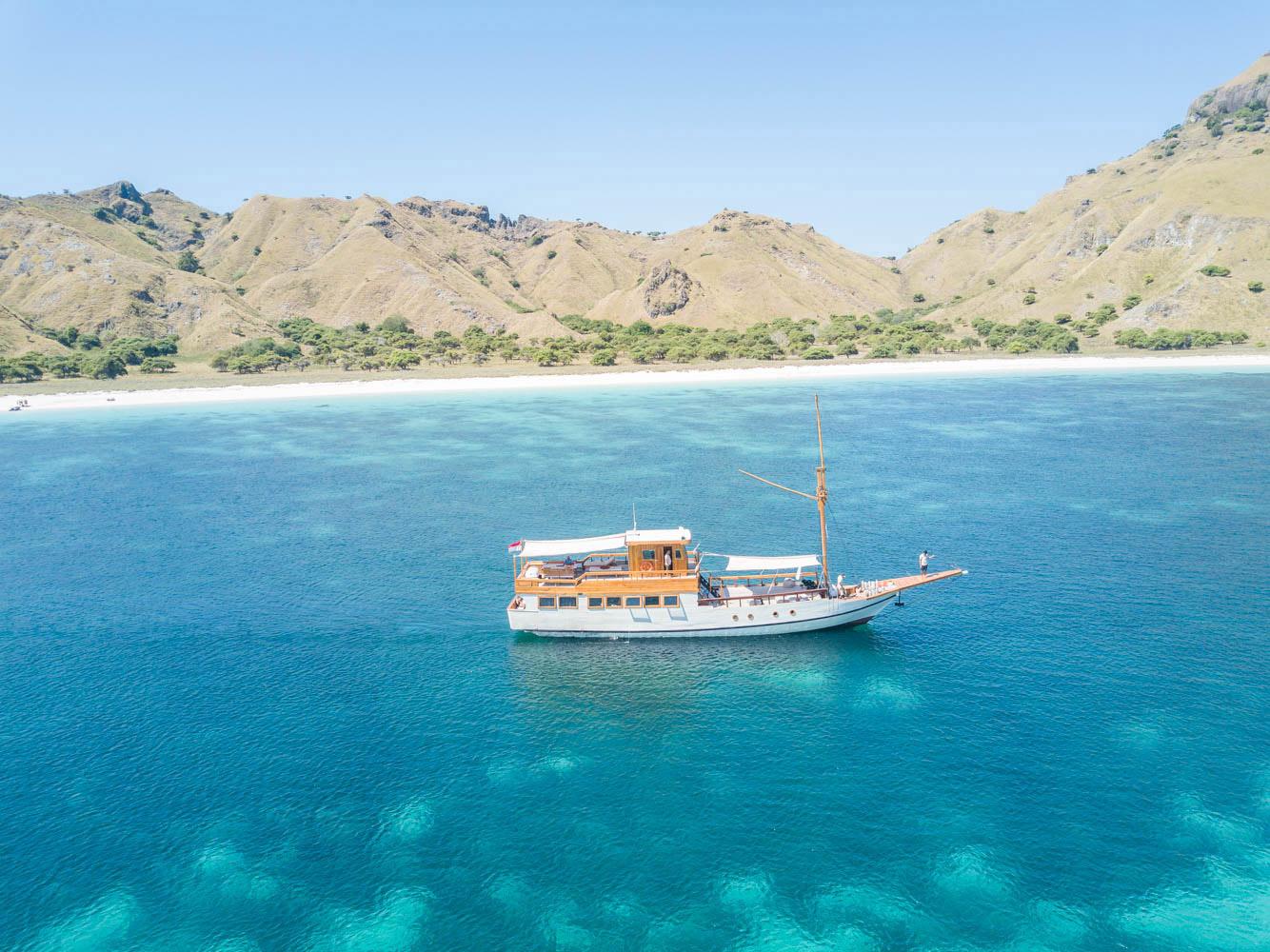 kelana_boat_cruise_komodo.jpg