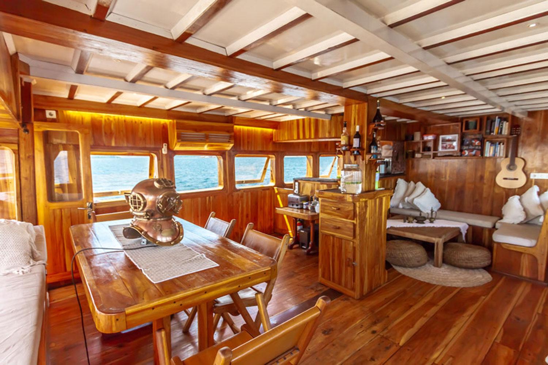 kelana_boat_flores_cruise_interior.jpg