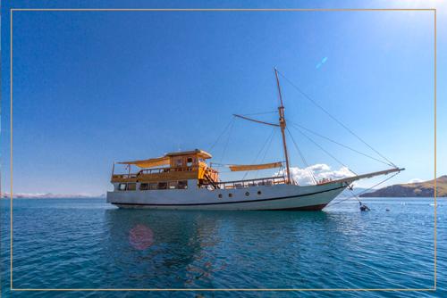 kelana_boat_cruise_komodo_outside.png
