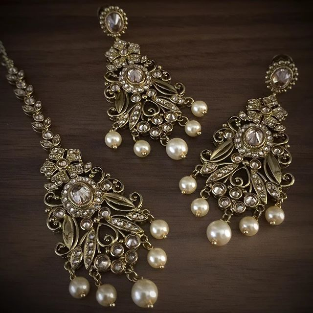 A truly unique combination of earrings and tikka - elegant filigree work, champagne highlights finished with cream pearls... #shopbees #beesjewellery #earrings #mughalprincess