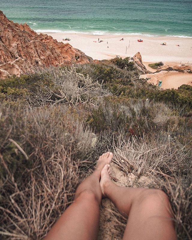 A L E N T E J O 🌾 Can't say I don't like white sand beaches. But white sand beaches with a sea like this and a view from a cliff is something else. This view is right at the end of #campinggale so you can wake up and walk to this scenario 🐚 • • Não posso dizer que não gosto de praias de areia branca como nos filmes. Mas praias de areia branca com um mar como este e uma vista de uma falésia é outra coisa. Este panorama está à porta do #campinggale, por isso podes acordar e caminhar até este cenário 🐚