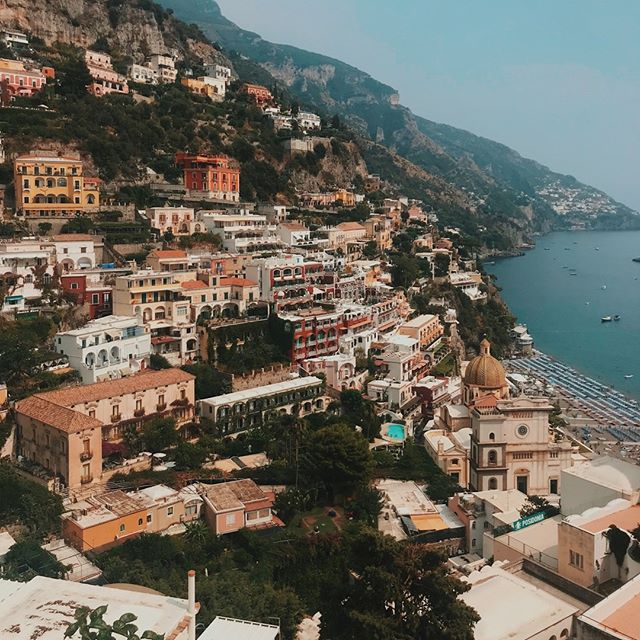 Headed to Amalfi Coast? Here's a few things you'll need to know: • 1. Ferries  Bus. The ferries between the islands are efficient and affordable. Avoid the bus because of extreme winding roads, traffic jams and lack of sidewalks. • 2. Visit Positano - it's very lovely and perfect for snapping grams'. • 3. Stay in an Airbnb on less popular island like Minori for a more affordable trip. Hotels on the popular island like Amalfi or Positano can cost upwards of $400/night. Yikes! • Ready to plan your Italy trip? Get started at the link in our bio! ✈️ #youmetravelco