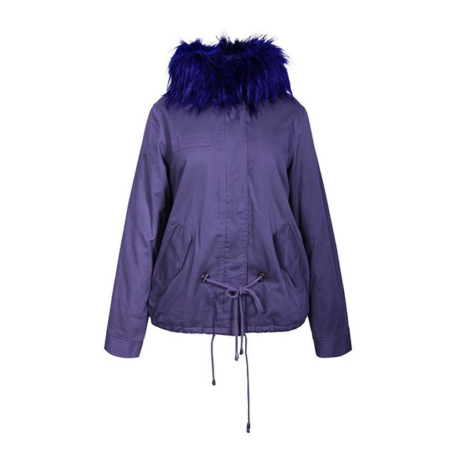 Oelala! Fijn katoenen jasje met blauwe faux fur kraag. www.bestwear.nl  #coats #jackets #bestwear #jassen #outerwear #wintercollectie #damesjas #jassenopmaat #fashionsupplier #modesupplier #fashionsupply #patterndesign #gerbertechnology #accumark #patronen #cotton #coat
