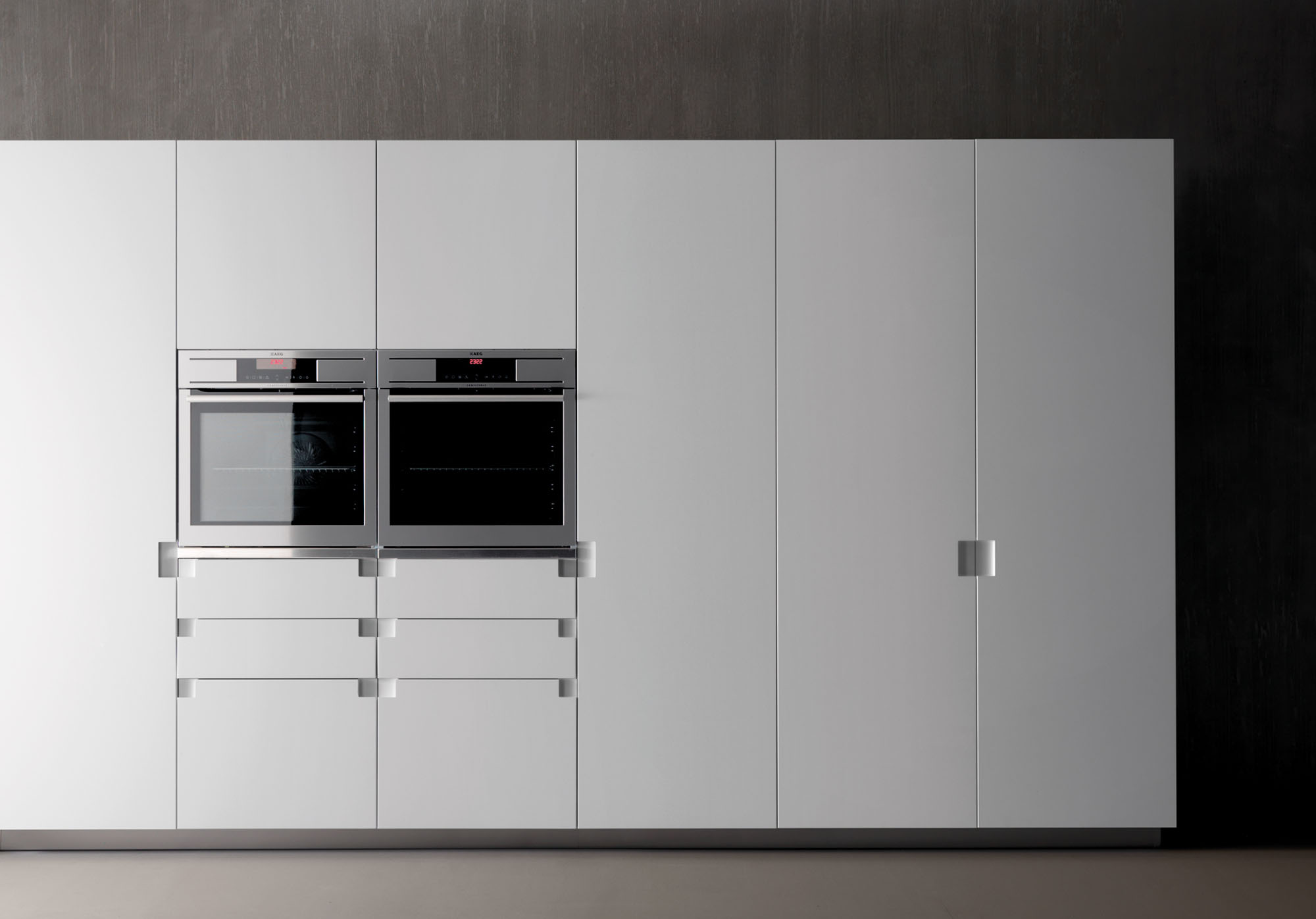 Details such as the simplistic cut-in handle turn a white kitchen into one with the wow factor!
