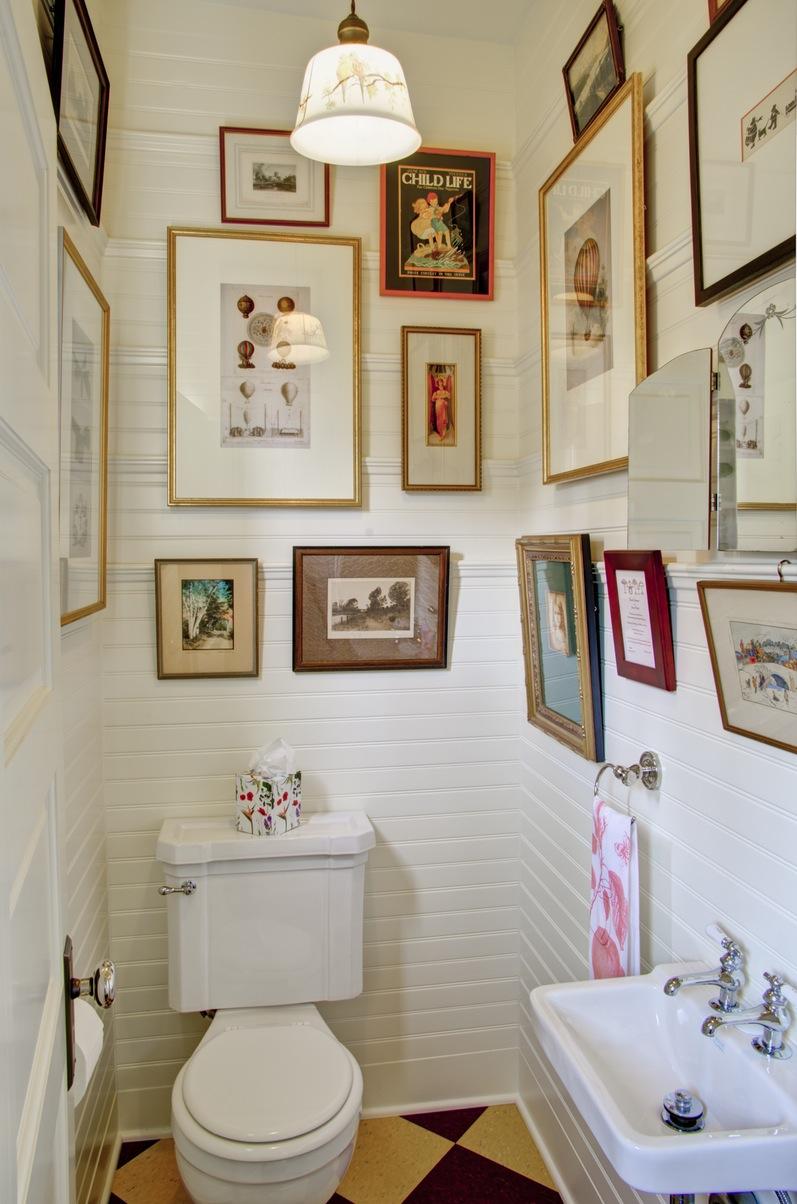 Bathroom - art on wall.jpg