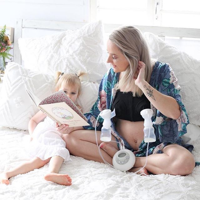 HAPPY MAMMA FRIDAY ⠀ ⠀ Yay we've made it through the work week! May your weekend be as peaceful as @thefiedlerfolk_ and her gorgeous daughter look here (while casually expressing hands free as well). 🥰 🍼⠀