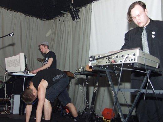 n-sturm-cafe-kom-zeker-kijken-want-het-is-ons-allereerste-live-concert-in-belgie-en-we-brengen-liefde-347-5.jpg