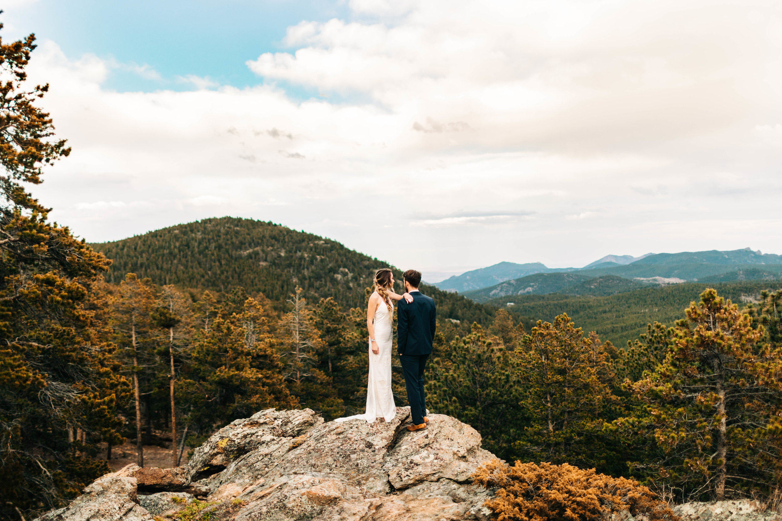 epic Colorado elopement photos on the edge of a mountain | adventure elopement photographers