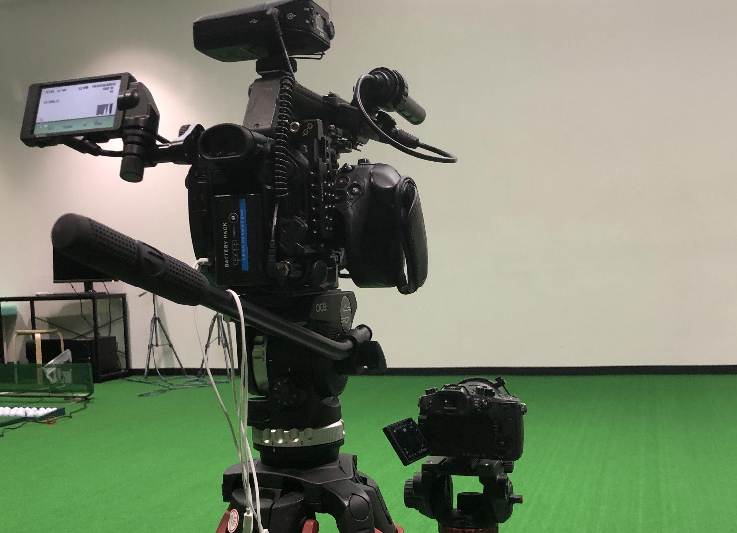 撮影&映像制作 - 個人撮影の依頼から、雑誌・広告およびグラビア撮影の業務を請け負います。