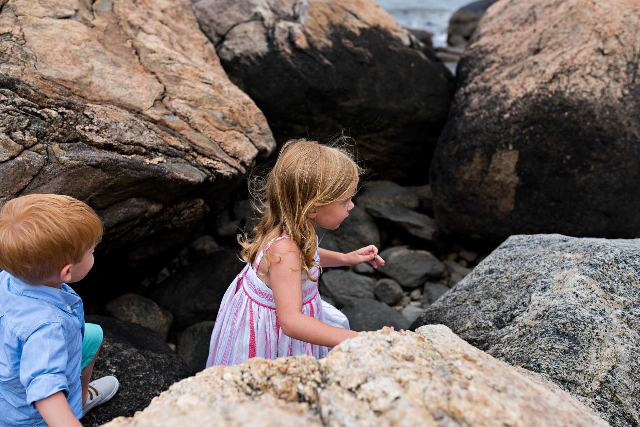 children exploring rocks at the beach ct childrens photographer