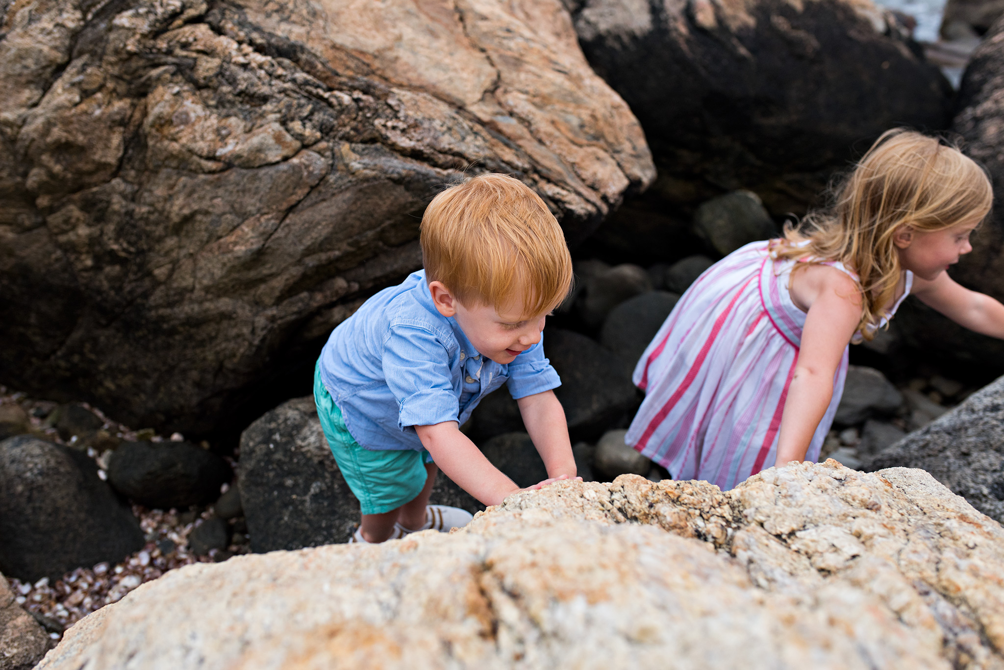 children exploring the rocks at the beach connecticut family photography