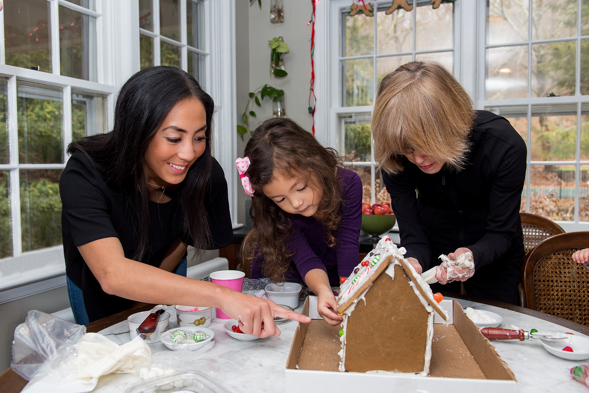 family decorating gingerbread house, ct christmas family photography