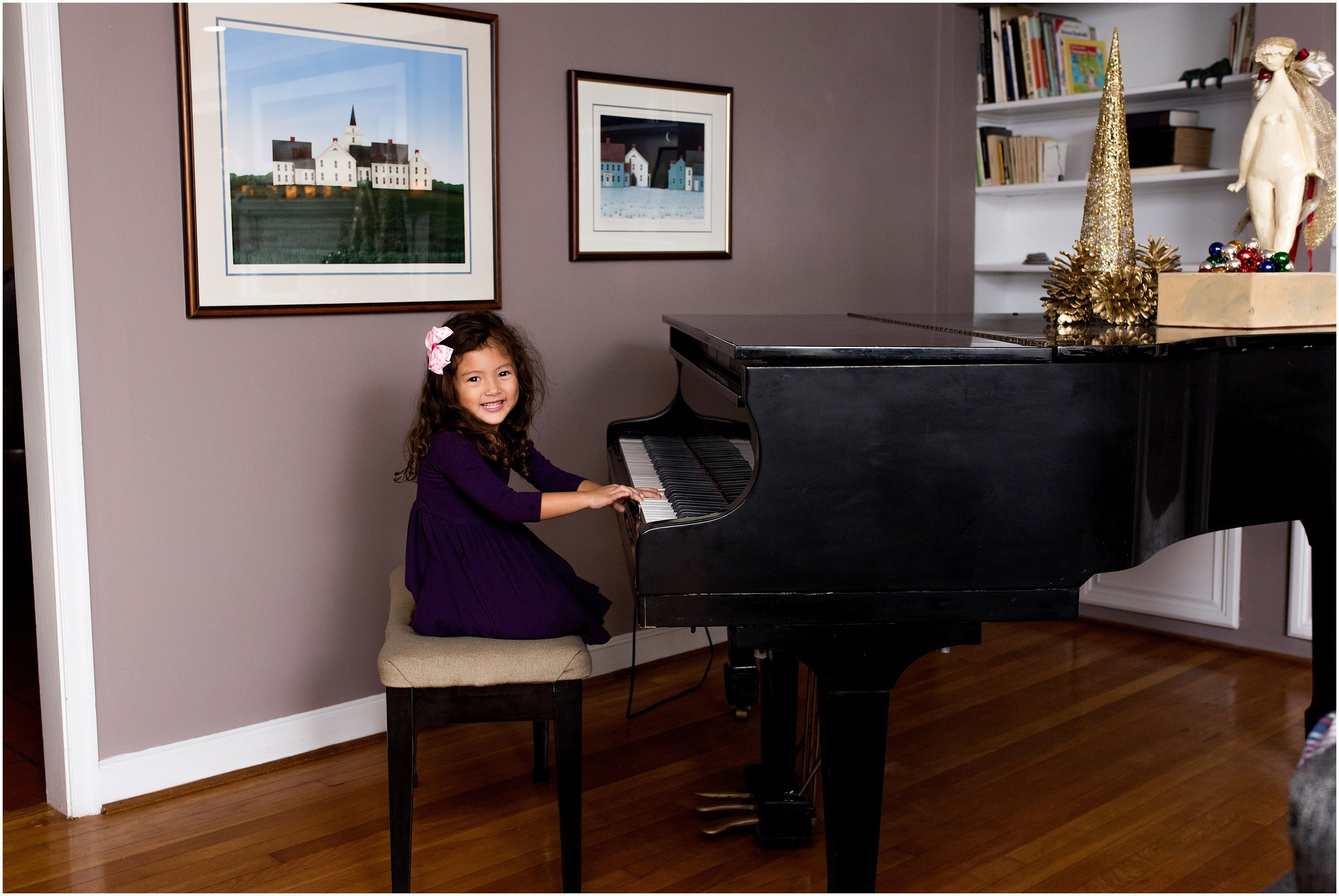 child playing piano, ct christmas family photography