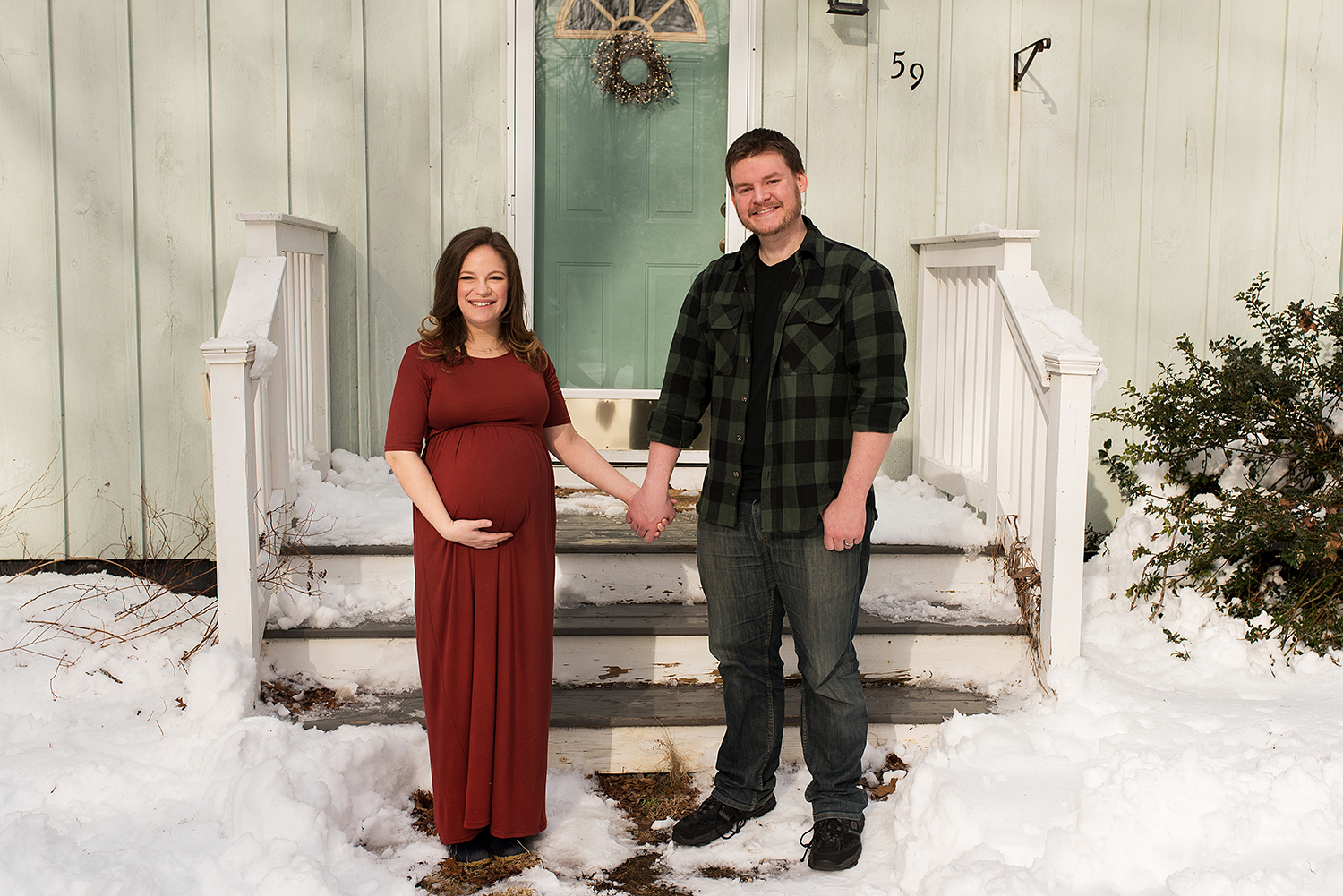 CT maternity photographer. Winter maternity photos at home