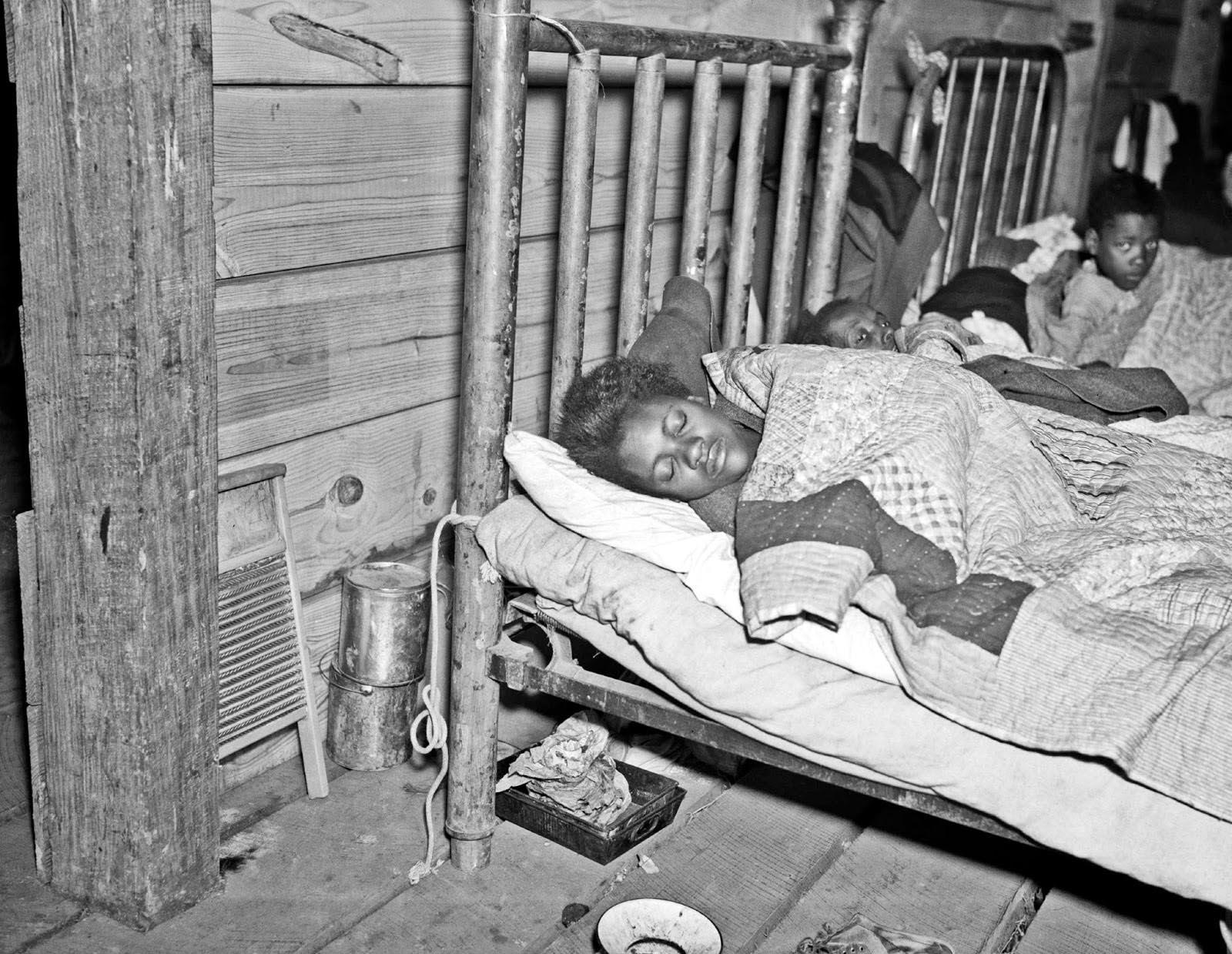 Red Cross infirmary, Arkansas, 1937. © Walker Evans