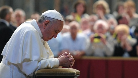 Pope_Francis_prays_in_front_of_Blessed_John_XXIIIs_tomb_on_June_3_2013_in_St_Peters_Basilica_Credit_ANSAEttore_Ferrari_CNA.jpg