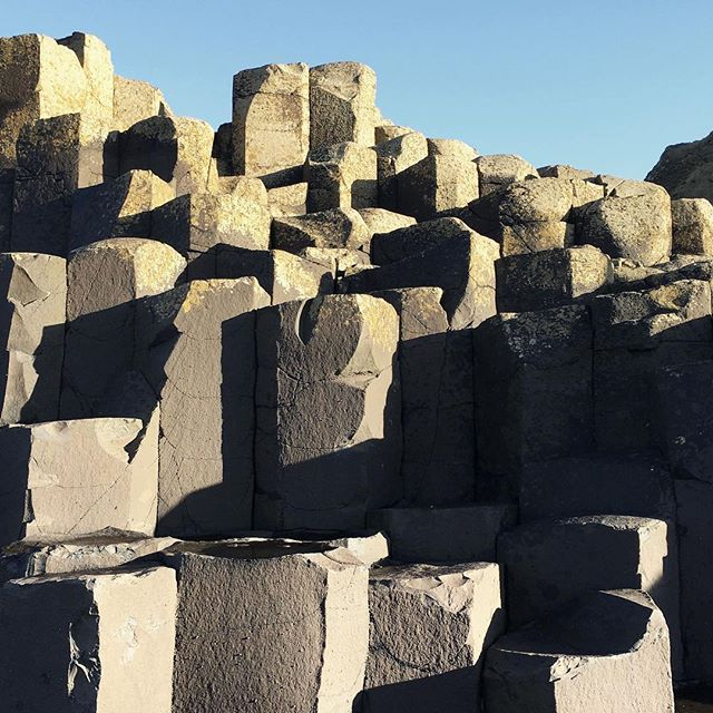 Always waiting for people to get out of frame 😂 The hexagonal basalt columns of the Giant's Causeway are the result of lava cooling slowly. Nature is so cool (pun intended). #lozidaze #northernireland #giantscauseway #basaltcolumns #nature