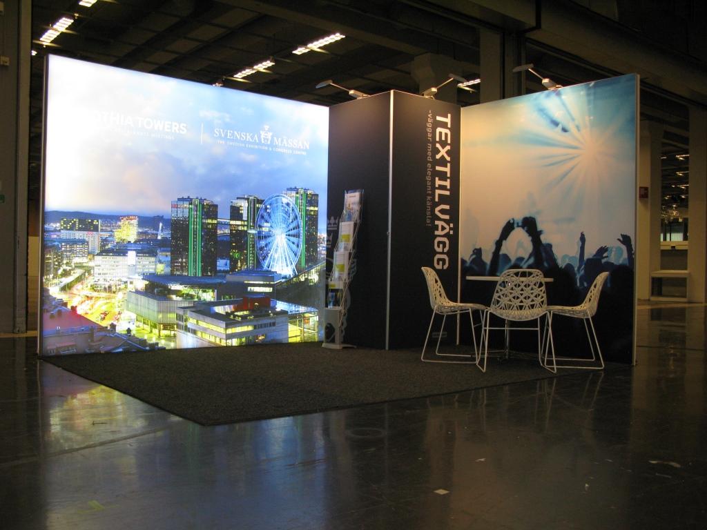 Oświetlone stoisko wystawowe z grafiką miasta
