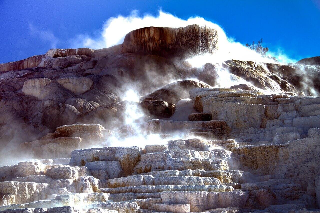yellowstone-national-park-1760433_1280.jpg