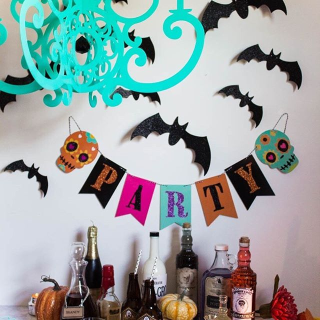 Did someone say #harrypotter and #butterbeer Countdown to Halloween w styling by @midwestmermaidolivia ⠀⠀⠀⠀⠀⠀⠀⠀⠀ Whose ready? ⠀⠀⠀⠀⠀⠀⠀⠀⠀ #turquoise #chandelier #harrypotter #harry_potter #harrypotterparty #harrypotterpop #diyparties #mypartystyle #catchmyparty #partyideasgroup #happyhalloweenbitches #kidshalloweenparty #halloween2019 #butterbeer #butterbeer🍺 #moderndecor #moderndecoration #partystylist #simplystyleyourspace #halloweendecor #halloweendecorating #halloween🎃 #sundaynight #halloweendecoration