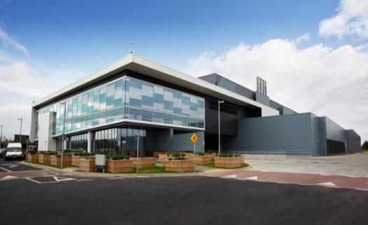 Microsoft Mega Data Center í Dublin varð bygt í 2009, er viðkað einaferð og onnur útbygging varð liðug í 2014. Samlaða víddin á hesum hýsingardepli er 54.255 fermetrar og kostnaðurin tilsamans 4,5 milliardir krónur. Trygdin er sjálvandi í hásæti.