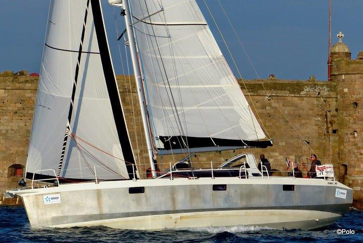 Gamme Voyage / Iroise 46 : GV 3 ris full batten hydranet cross-cut. Génois et trinquette tri-radial hydranet sur enrouleur.