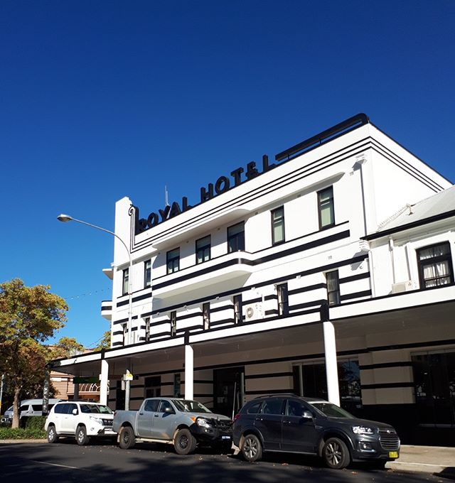 Wow what a transformation! The Royal Hotel is shining today under a gorgeous blue sky☀️and this makeover is the talk of the town with so many people commenting on how great this iconic building looks. Well done team #greatteam #dulux #duluxaccredited #orangensw #gettingthejobdoneright #centralwestnsw