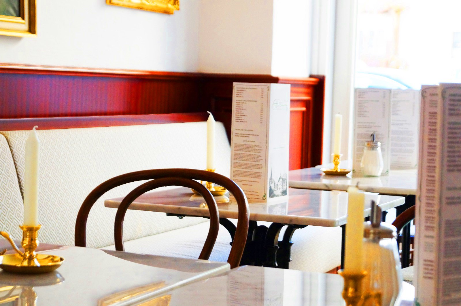 Kaffeehaus - Zum Start der neuen Wintersaison öffnet am Rauriser Marktplatz ein neues Kaffeehaus seine Pforten und begeistert mit seinem zeitlos eleganten Kaffeehausambiente sowohl Einheimische als auch Gäste gleichermaßen. In den warmen Sommermonaten können die Kaffeehausspezialitäten und Konditoreiwahren von heimischen Produzenten auch im schattigen Gastgarten sowie in der angenehm, atmosphärisch gestalteten Weinlaube im Innenhof genossen werden