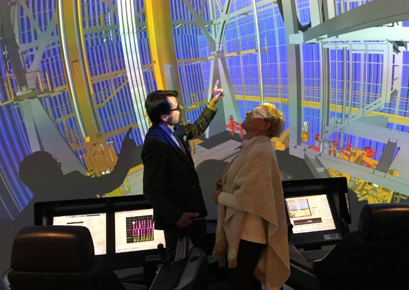Bild 6. Ane Ahnger och Kaija Korpiaho-Haga studerar rigsimulatorn.