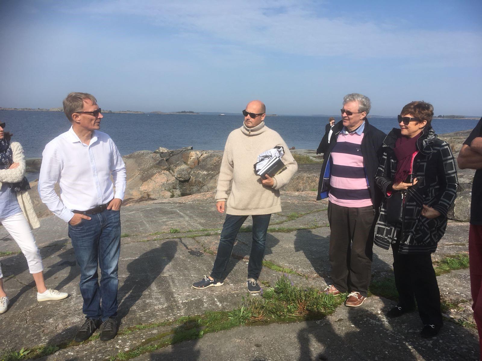 Bild 3: NOFI med Fyrholmens ägare, Hans Jonasson, vars familj har vistats på Pörtö i flera generationer.