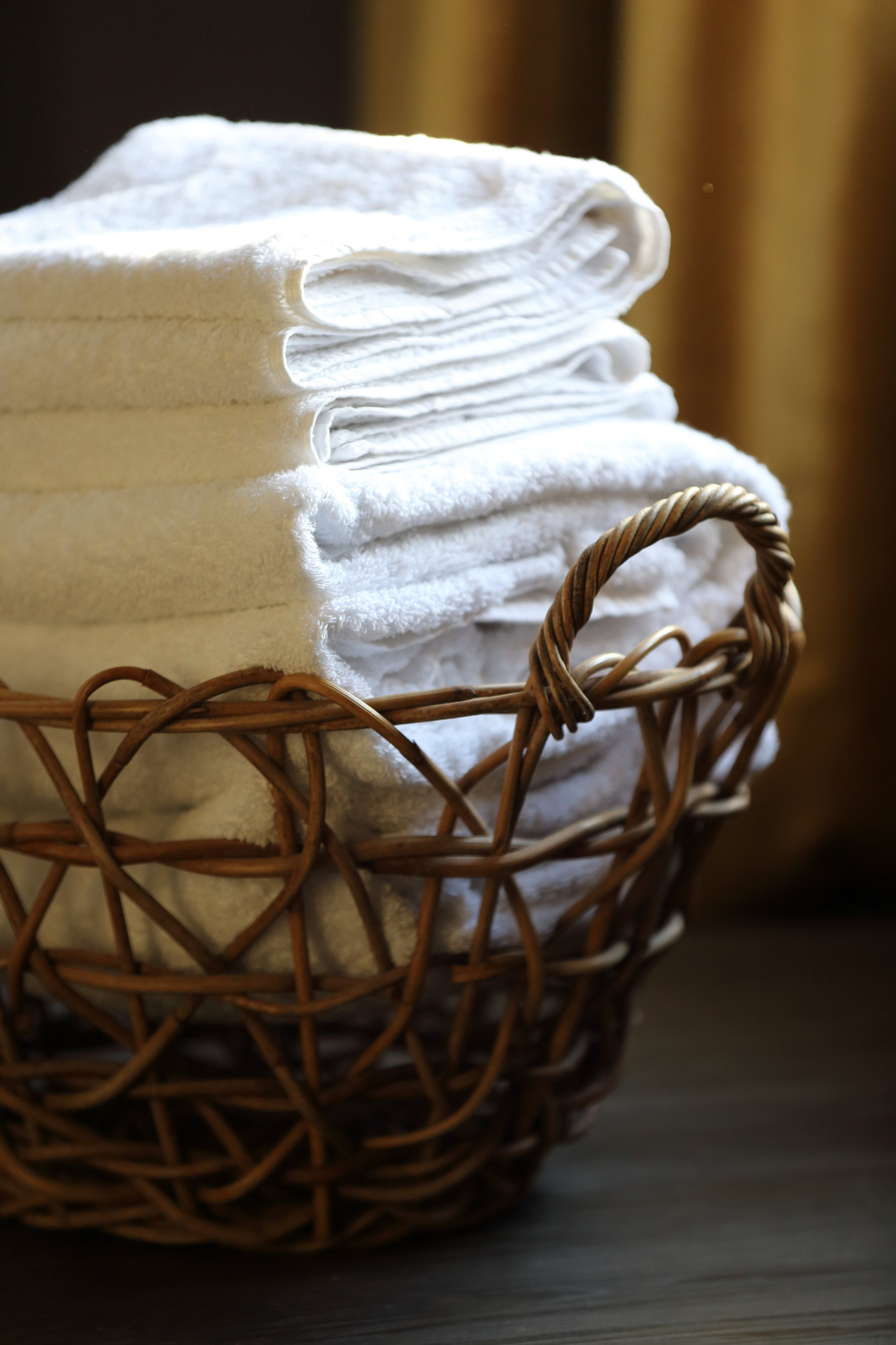 HOTEL_FRESH_WHITE_TOWELS_BASKET_CLOSEUP_PORTRAIT.jpg